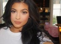 Kylie Jenner bright makeup look