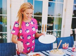 Reese Witherspoon 4th July 2015 picnic in Draper James Girl dress